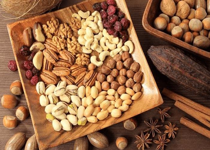 Ngũ cốc nguyên hạt chứa nhiều chất dinh dưỡng giúp kiểm soát cholesterol và cân bằng sự bài tiết của các hormone như insulin.